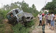 Lao vào vách đồi, tài xế xe tải thoát chết trong gang tấc