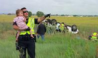 Xúc động cảnh sát hát vỗ về bé gái sau vụ tai nạn chết người