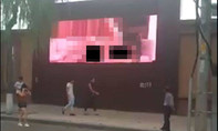 Bị bắt vì phát phim khiêu dâm nơi công cộng thay vì clip quảng cáo