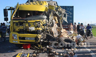 Xe tải nát đầu vì tông xe container