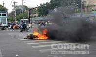 Xe máy bốc cháy dưới cầu Ông Lãnh