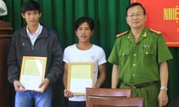 Khen thưởng 2 người hùng cứu một gia đình trong cơn mưa lũ