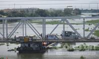 TP.HCM: Giải cứu sà lan hàng trăm tấn mắc kẹt dưới cầu Bình Lợi