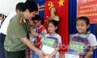 Tặng học bổng cho con, em chiến sĩ nhà giàn DK1