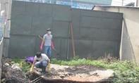 Clip điều tra viên rà soát từng nhành cây, cọng cỏ tìm dấu vết hung thủ