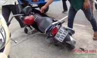 Xe du lịch mất lái leo lên vỉa hè tông xe máy gãy đầu