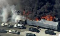 Cháy rừng làm hàng loạt xe bị thiêu rụi, tài xế bỏ chạy thoát thân
