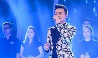 Ca sĩ Thu Minh ôm hôn Bích Ngọc trên sân khấu Vietnam Idol