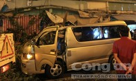 Cây ngã đè nát ôtô tại trung tâm Sài Gòn