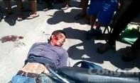Clip kẻ cướp tiệm vàng bằng súng bị đánh bê bết máu nằm gục giữa đường