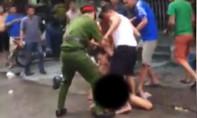 Nam thanh niên ngáo đá khỏa thân cầm kéo đâm loạn xạ trên phố