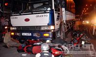 Xe tải cuốn 4 xe máy trên quốc lộ 1A, 4 người nhập viện