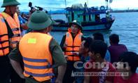 Lốc xoáy đánh chìm tàu, 4 ngư dân suýt chìm giữa biển
