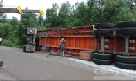 Hơn 30 tấn bột mì văng ra đường do container bị lật
