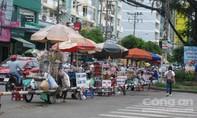 Dãy hàng rong quá bát nháo trước công viên Lê Thị Riêng