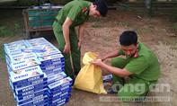 Dùng xe tải chở hàng tấn đường và thuốc lá lậu qua biên giới