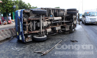 Tài xế bung cửa thoát khỏi xe tải bị lật trên quốc lộ