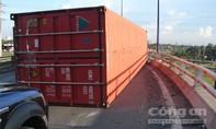 Hiểm họa từ những thùng container 'bay' trên đường