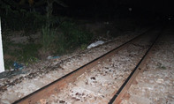 Thanh niên nằm ngang đường ray bị tàu hỏa tông đứt lìa nhiều khúc