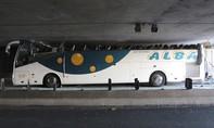 Xe buýt bị vạt bay nóc khiến 34 người bị thương