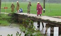 Đạp xe qua cầu, một nữ sinh bị rơi xuống sông chết đuối