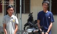 Đang chạy ô tô trên đường thì thấy kẻ trộm lái xe máy của mình