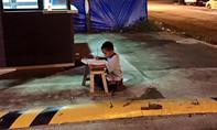 Xúc động trước hình ảnh cậu bé nghèo hiếu học