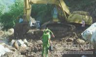 Tảng đá hàng chục tấn trượt xuống sườn núi, vùi lấp 4 công nhân