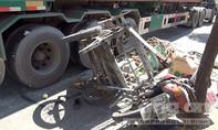 Xe container ép xe máy lôi, nam thanh niên bị cây sắt đâm xuyên chân