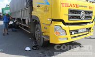 Băng qua đường, 2 thanh niên bị xe tải tông nguy kịch