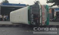 Xe buýt lật ngang quốc lộ, hành khách đập kính thoát ra ngoài