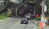 Xe tải nát thùng khi chui qua gầm cầu đường sắt