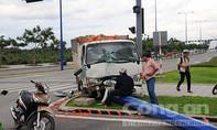 Xe tải húc taxi, tông gãy cột điện trên đại lộ nghìn tỷ