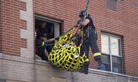 Mỹ: Cẩu cụ bà hơn 400kg qua cửa sổ đưa đi bệnh viện