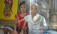 Rơi nước mắt cảnh bé gái 12 tuổi làm vàng mã nuôi mẹ bệnh ung thư