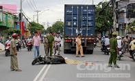 Xót xa cảnh chồng chứng kiến vợ chết dưới bánh xe container
