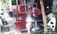 Tiệm gia công cửa sắt lấn chiếm hết vỉa hè