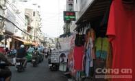 Treo bảng quảng cáo lấn chiếm mặt đường