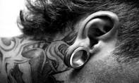 Cấm trường cao đẳng tuyển thí sinh có lỗ khuyên tai lớn