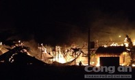 """Bà hỏa """"ghé thăm"""" lúc nửa đêm thiêu rụi 4 căn nhà, 1 người bị bỏng nặng"""