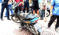 Nam thanh niên quăng xe máy bốc cháy để thoát thân