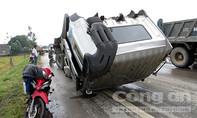 Hàng chục người dân cạy cửa cứu lái xe kẹt cứng trong cabin
