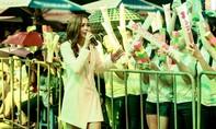"""Hơn 10 ngàn bạn trẻ """"đội mưa"""" đến xem Minh Hằng biểu diễn"""