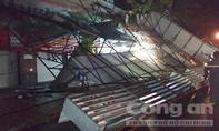 """Tiền Giang: Mưa, gió """"quật ngã"""" bảng quảng cáo xuống đường"""
