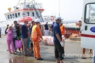 Những thi thể cuối cùng trong vụ nổ tàu cá được đưa vào bờ