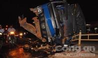 Kinh hoàng tài xế xe tải ngủ ngục đâm ngã hơn 10m dãy phân cách