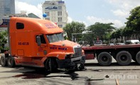 Container mất lái đâm liên hoàn các phương tiện dừng đèn đỏ