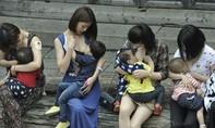 Cho con bú nơi công cộng có phải hành vi phản cảm?