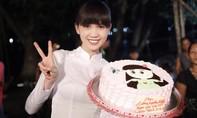 """""""Nữ hoàng nội y"""" Ngọc Trinh xinh đẹp đón sinh nhật tại phim trường"""
