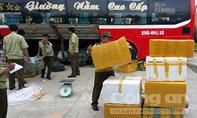 CSGT bắt xe khách chở 18 thùng điện thoại không rõ nguồn gốc
